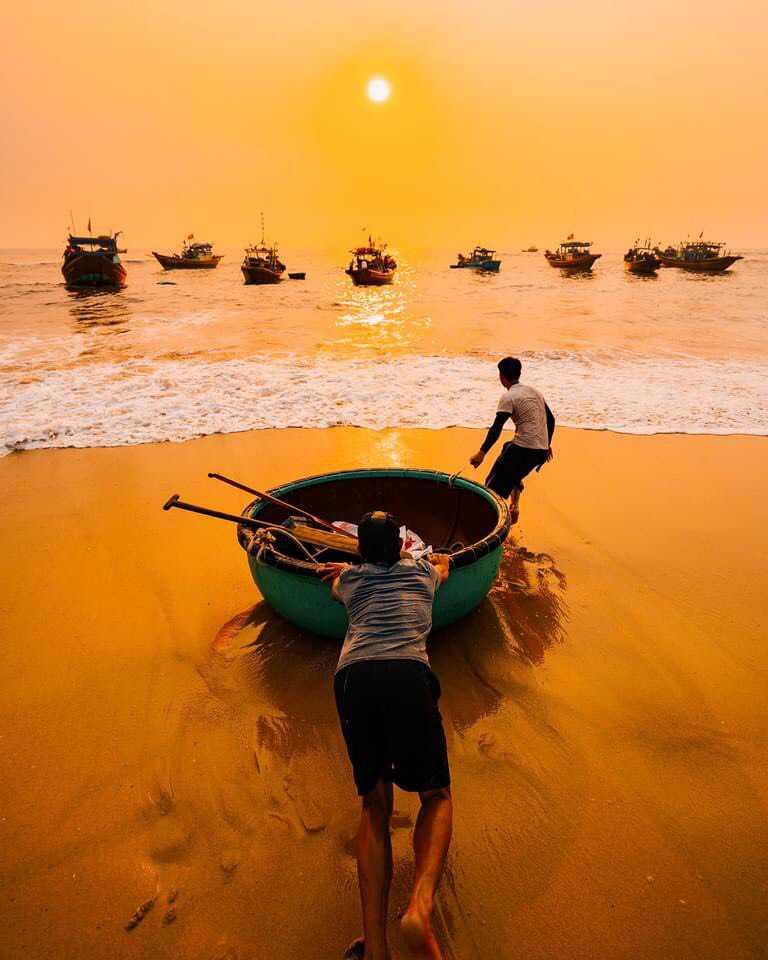 Làng chài đón bình minh trên biển Quang Phú