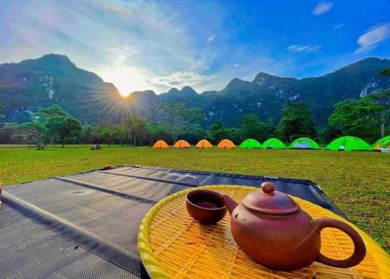 Bình minh tại Hang Chà Lòi khiến cho những khung cảnh thiên nhiên dù là bình dị nhất cũng trở nên tuyệt đẹp tới nghẹt thở.