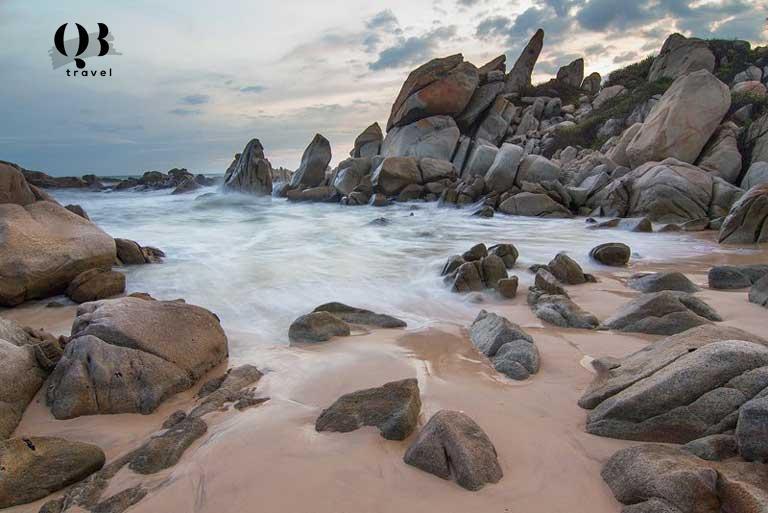 Bãi biển với những hòn đá nhảy múa cùng sóng
