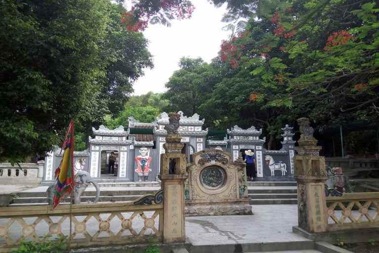 Đền thờ Thánh Mẫu Liễu Hạnh nằm bên dãy Hoành Sơn