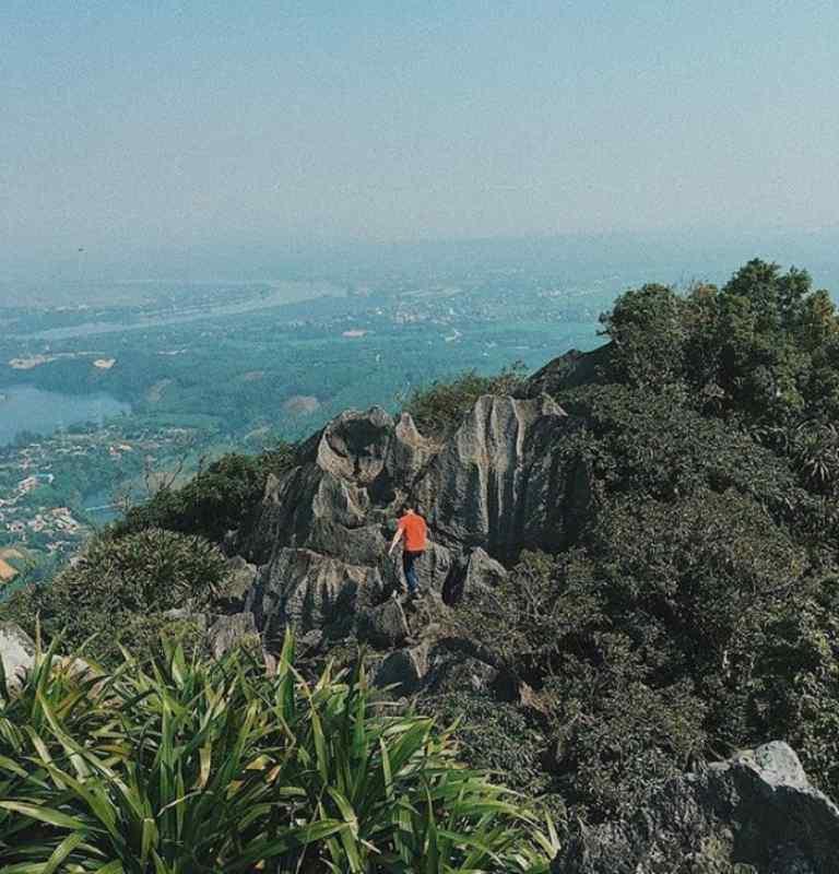 Đứng trên núi Thần Đinh nhìn về phía Đông là cả một vùng đồng bằng rộng lớn của huyện Quảng Ninh, Quảng Bình