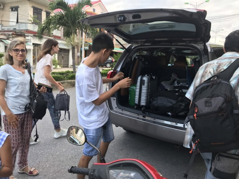 Xe 7 chỗ Innova phù hợp di chuyển với nhóm từ 4 - 6 người