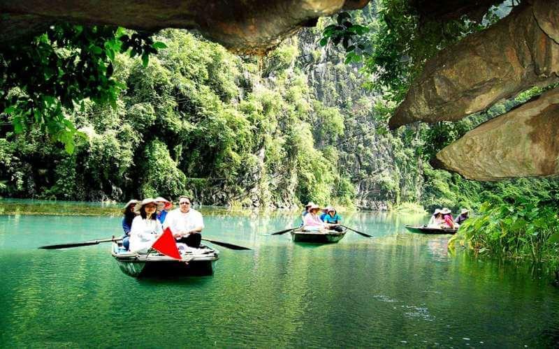 Phong Nha Kẻ Bàng có nhiều điểm đến thú vị - Du khách đi thuyền thăm thú Động Phong Nha