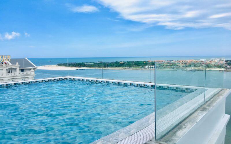 Bể bơi ngoài trời tại khách sạn CKC Thiên Đường Quảng Bình