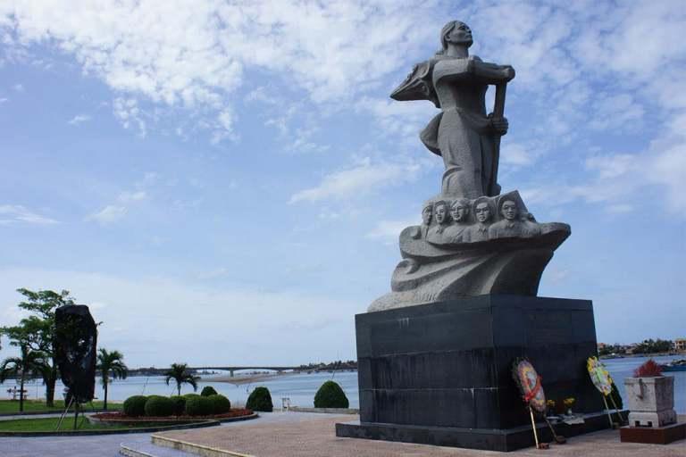 Tượng đài mẹ Suốt - đời đời nhớ ơn người mẹ Việt Nam anh hùng
