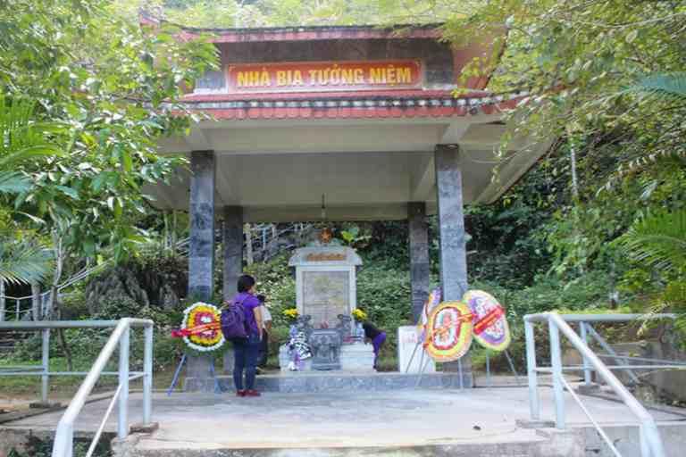 Nhà bia tưởng niệm các liệt sỹ hy sinh tại hang Lèn Hà