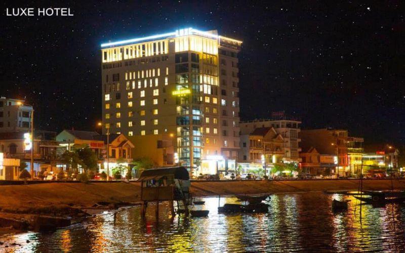 Khách sạn Luxe Quảng Bình lặng lẽ in bóng xuống dòng sông