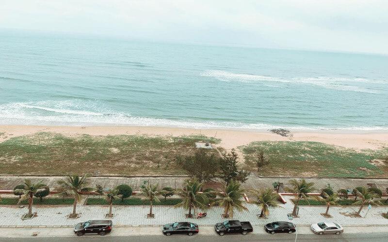 Khách sạn Phương Bắc Quảng Bình nằm ngay sát bờ biển Nhật Lệ