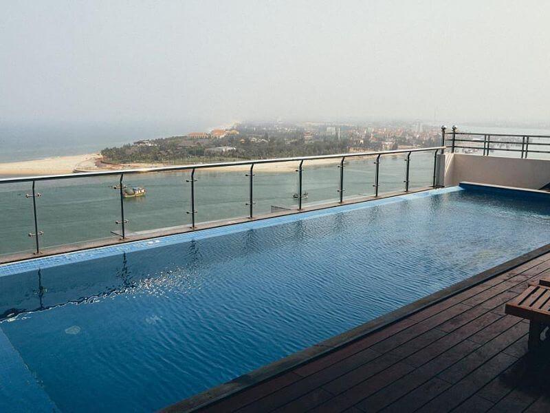 bể bơi vô cực hướng biển tại vĩnh hoàng hotel quảng bình