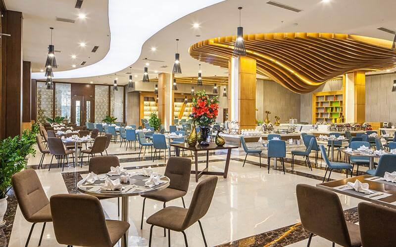Phòng ăn được thiết kế trang nhã, nhẹ nhàng tạo không gian ấm cúng, gần gũi