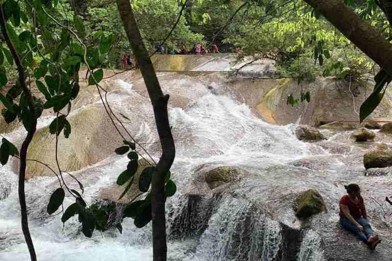 Suối Chà Cùng ở Xã Trường Sơn, Quảng Ninh, Quảng Bình