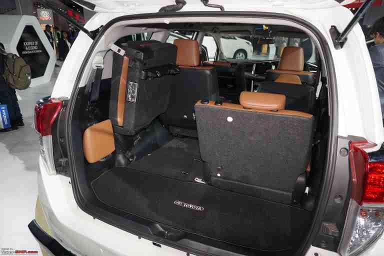 Hàng ghế thứ 3 của xe ô tô Innova là hàng ghế gấp và có không gian khá hẹp