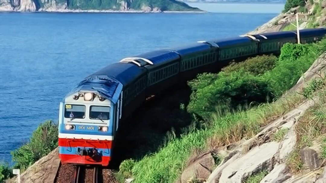 Từ Hà Nội bạn có thể dễ dàng di chuyển đến Đồng Hới, Quảng Bình bằng tàu hỏa