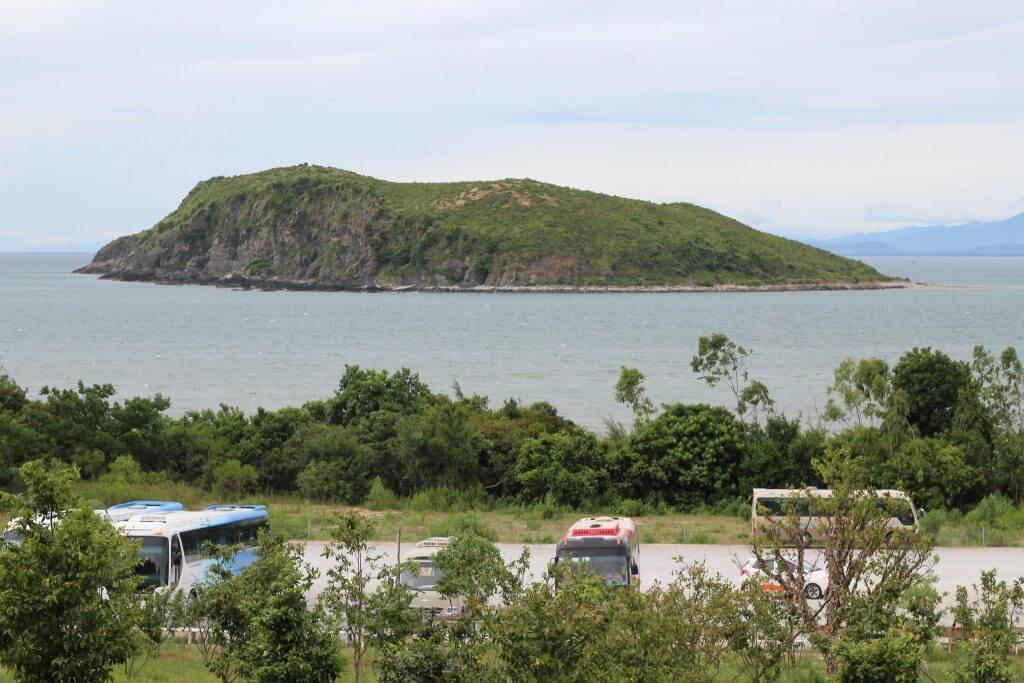 Từ Đồng Hới, bạn có thể thuê xe đi Vũng Chùa Đảo Yến