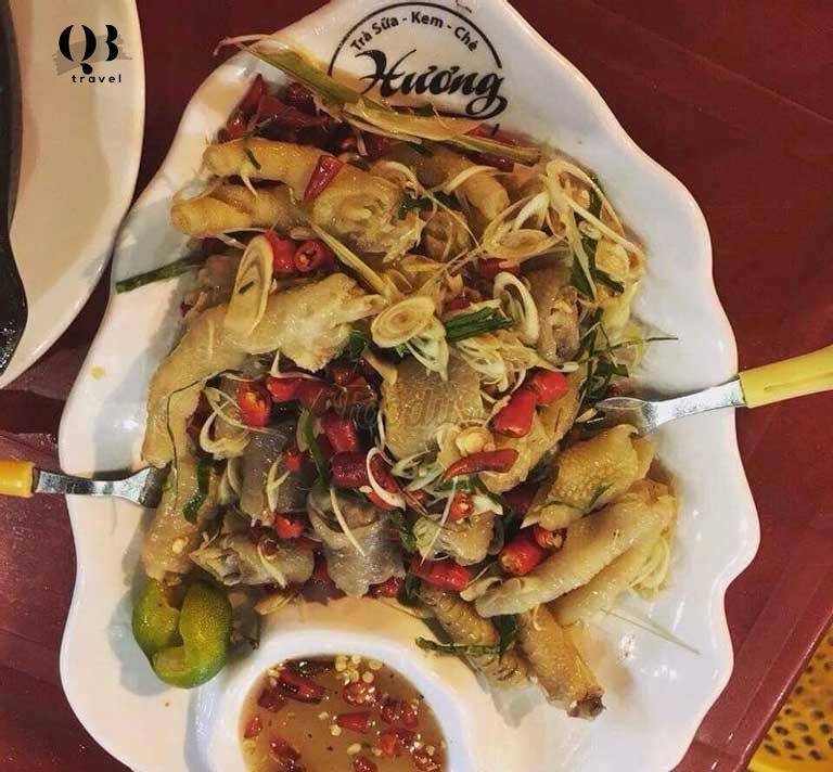 Món chân gà sả tắc tại quán ăn vặt Hương nổi tiếng và thu hút nhiều khách tới ăn vặt Đồng Hới