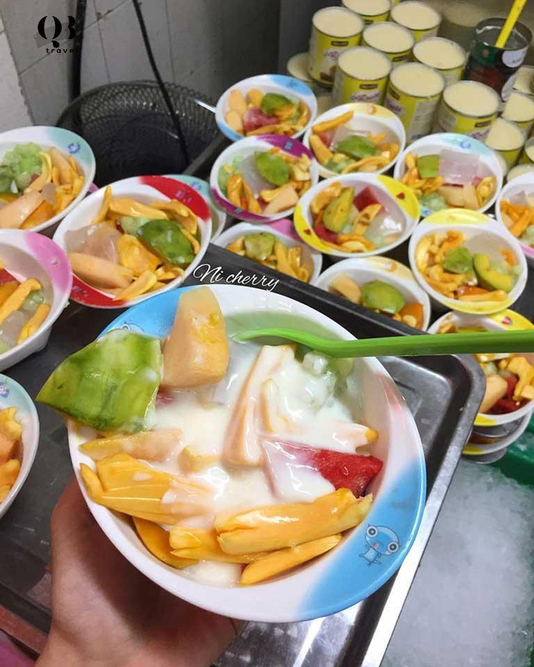 Quán ăn vặt Cô Tám là một gợi ý khá tuyệt vời nếu bạn muốn tìm địa chỉ ăn vặt ở Quảng Bình