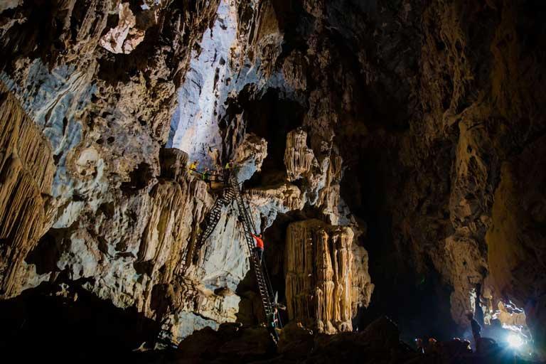 Du khách được khám phá vẻ đẹp bên trong hang và chiêm ngưỡng những tảng nhũ đá, măng đá khổng lồ với nhiều hình thù độc đáo