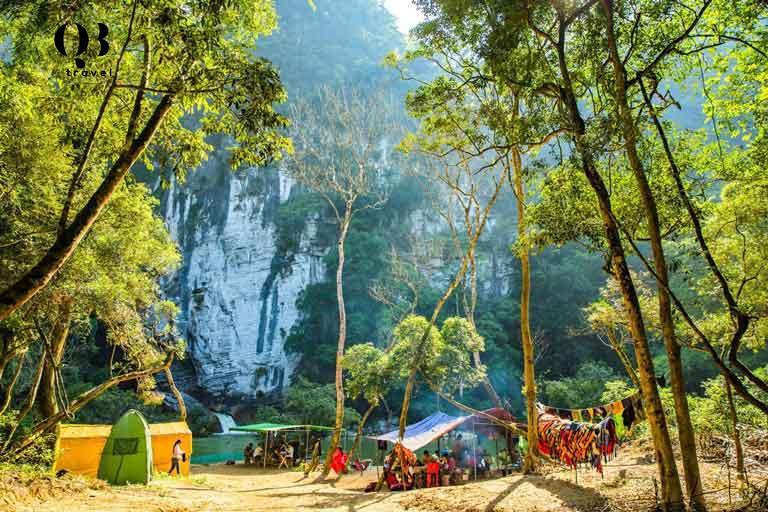 Du khách trải nghiệm cắm trại bên cạnh thác nước ở thung lũng Tú Làn