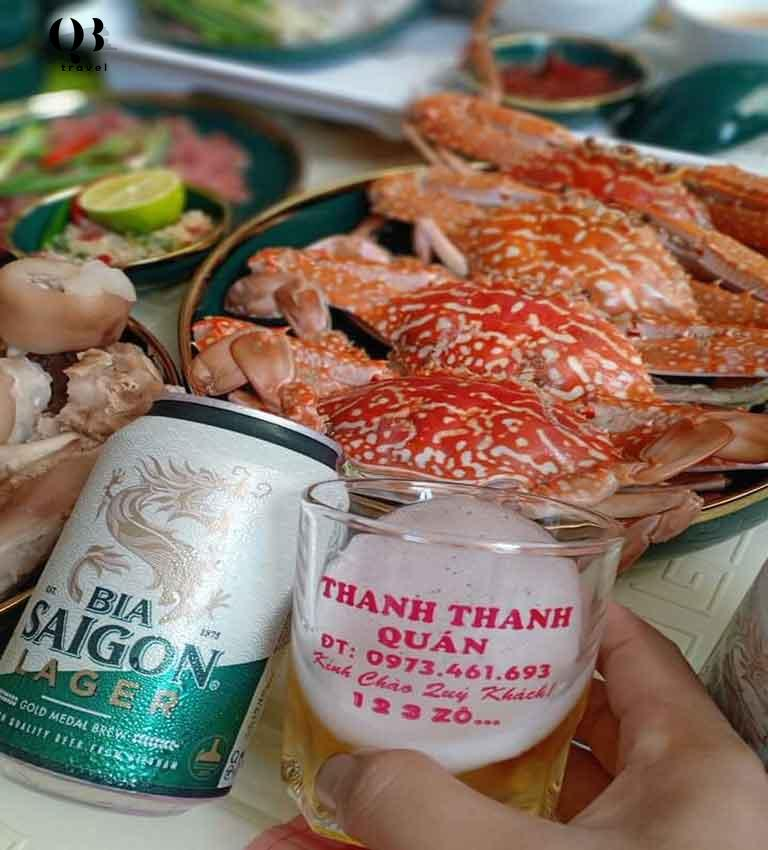 Nâng những ly bia lạnh giải khát nhâm nhi cùng những món hải sản tươi ngon