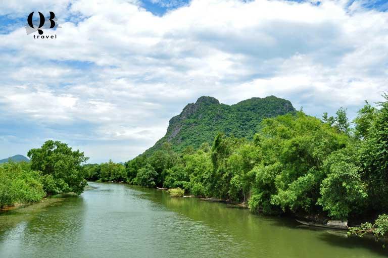 Núi Thần Đinh tọa lạc bên dòng Long Đại