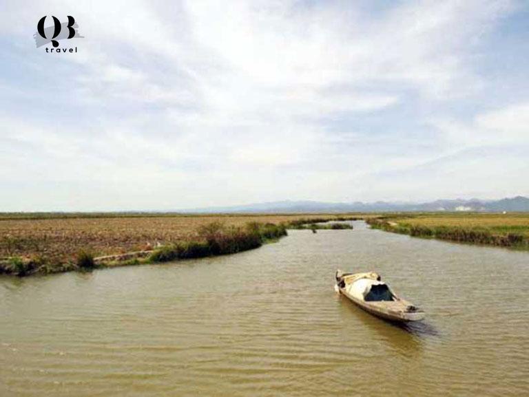 Những cánh đồng rộng lớn bao quanh Phá Hạc Hải