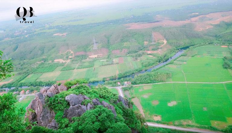 Khung cảnh bao la nhìn từ đỉnh núi Thần Đinh