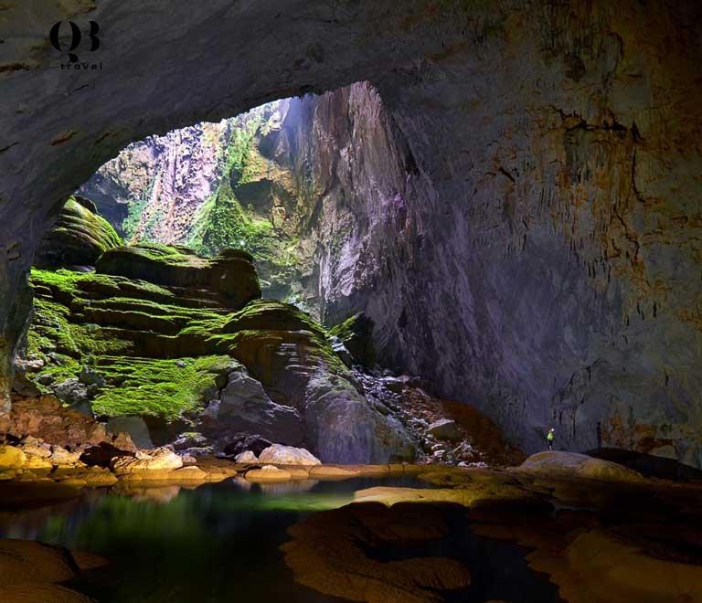 Vẻ đẹp của Hang Én với những khối thạch nhũ trên vách hang và hồ nước xanh êm đềm
