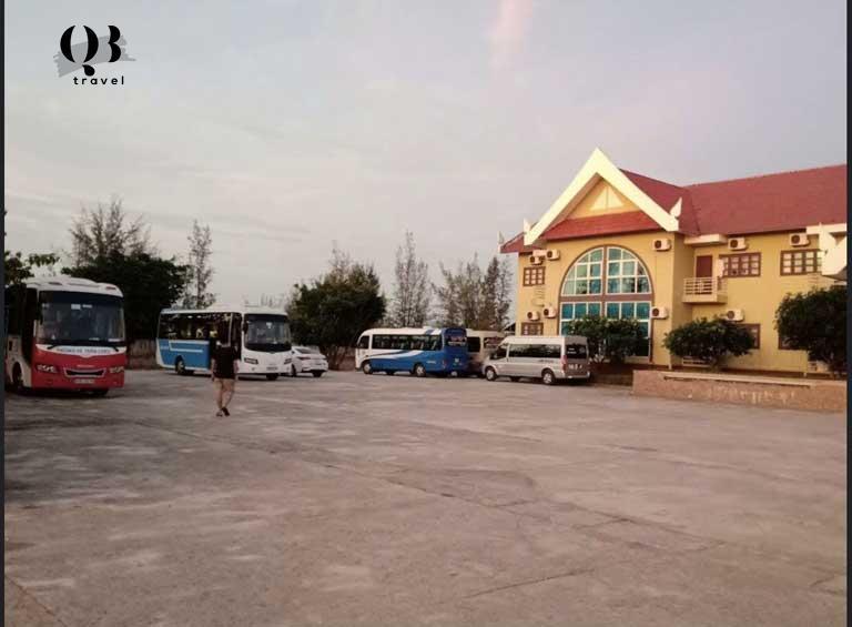 Bãi đỗ xe rộng rãi của khách sạn Việt Lào