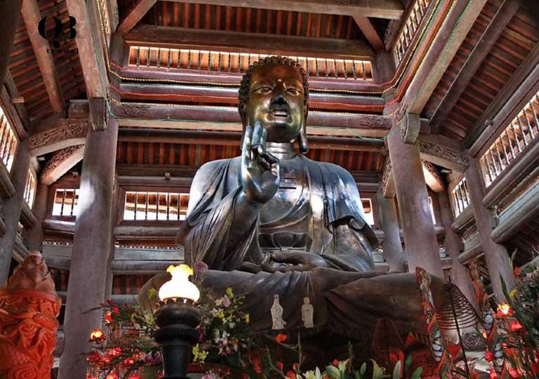 Bức tượng Phật bên trong chùa Non - chùa Kim Phong