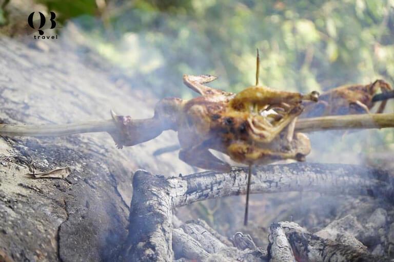 Nướng gà ngay sát bên hồ