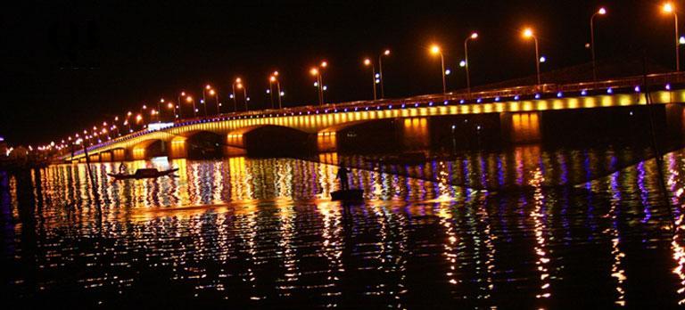 Cầu Nhật Lệ lung linh, rực rỡ giữa sắc đèn