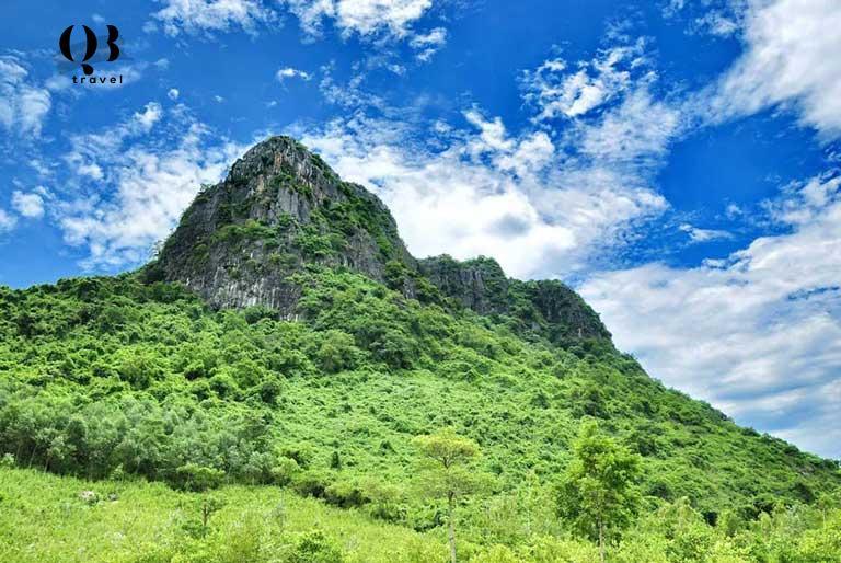 Núi Thần Đinh ngự trị giữa khung cảnh thiên nhiên hùng vĩ