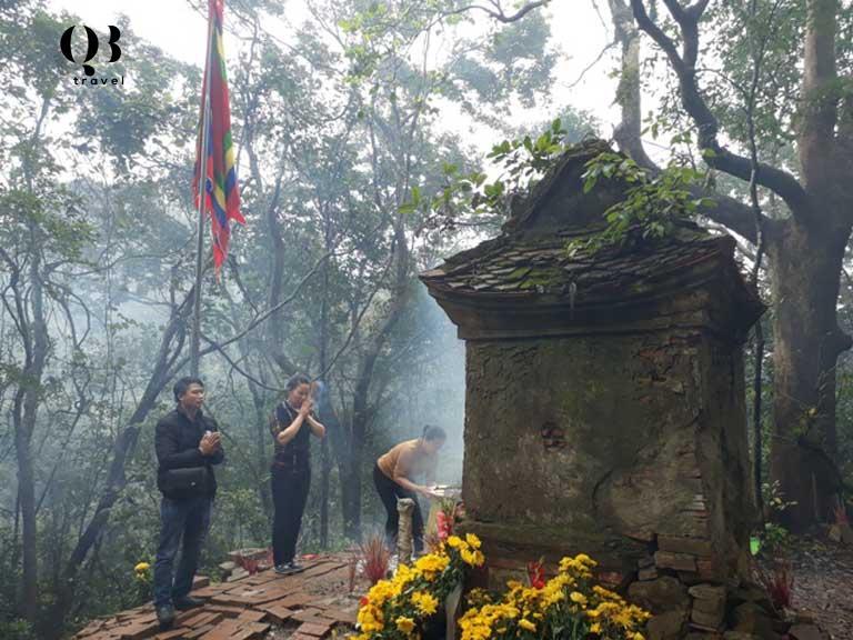 Người dân dâng hương lên núi thiêng Thần Đinh