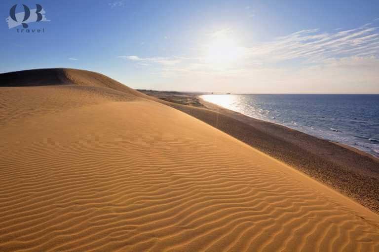 Khung cảnh yên bình, lãng mạn bên bờ biển xanh trong