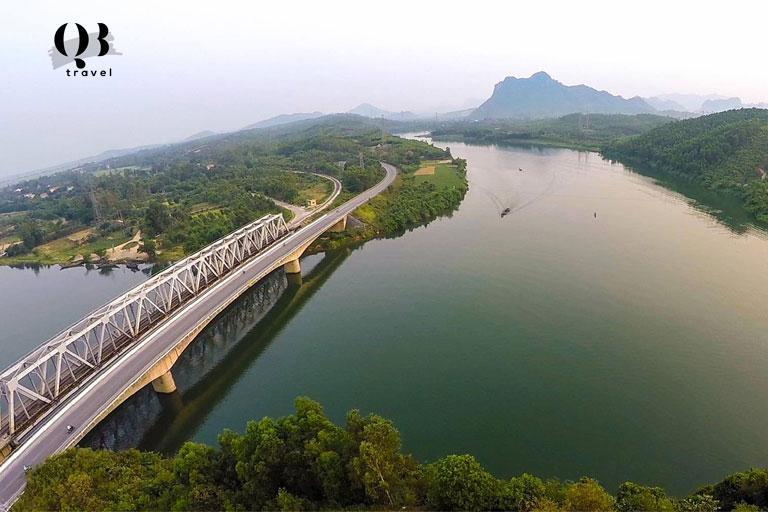 Đi qua cầu Long Đại để tới núi Thần Đinh
