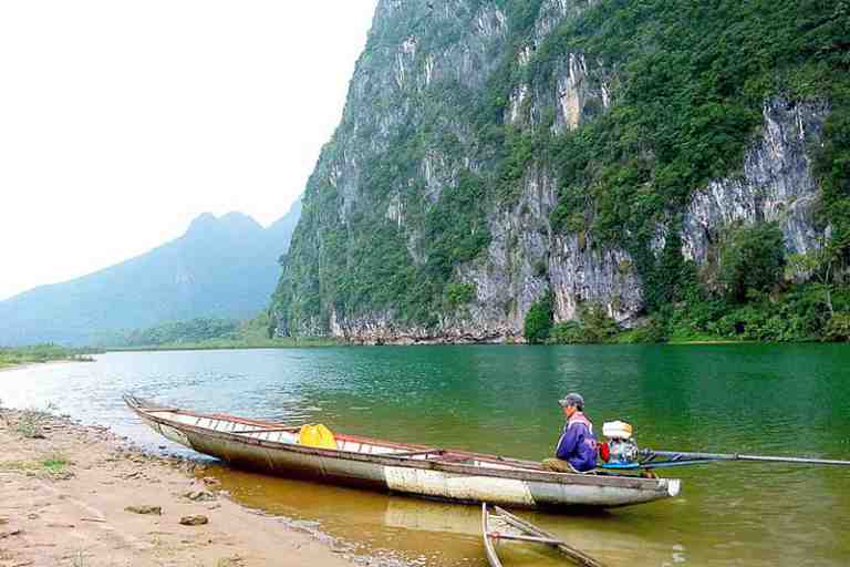Dòng nước trong xanh, êm ả của sông