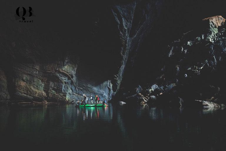 Du khách đi thuyền trở về bãi trại sau khi khám phá Hang Én