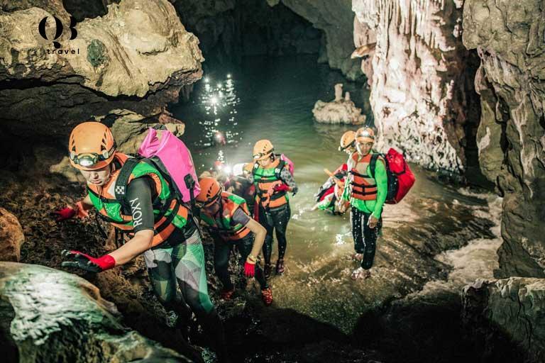 Du khách được thử sức với nhiều thử thách mạo hiểm như bơi trong hang động, trèo qua mỏm đá hay đu dây...
