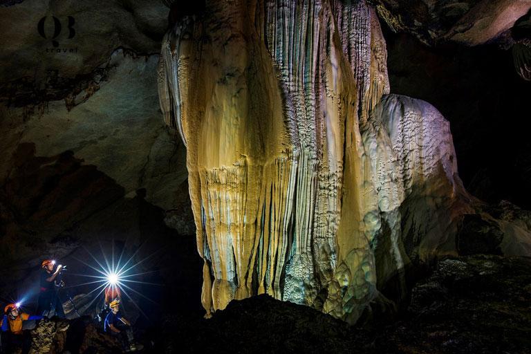 Ánh sáng lung linh của các khối thạch nhũ khi được chiếu sáng ở Hang Chà Lòi
