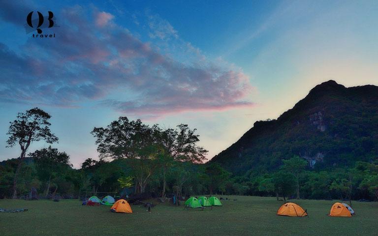 Du khách trải nghiệm cắm trại ở thung lũng bên ngoài Hang Chà Lòi