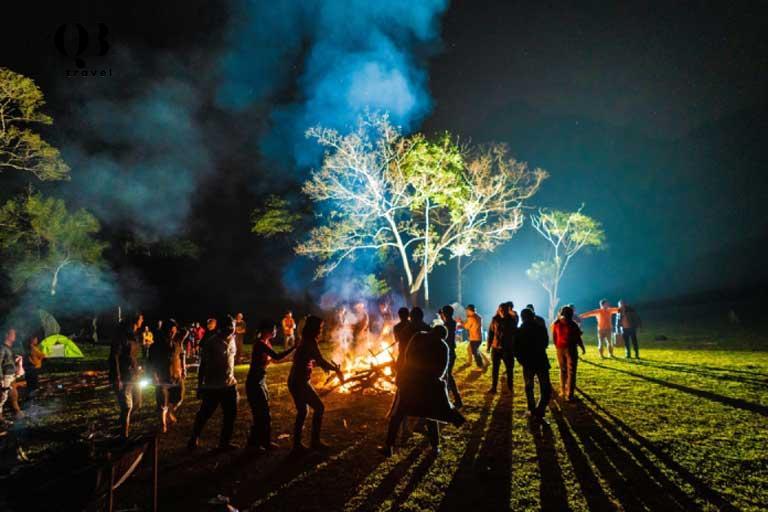 Du khách trải nghiệm văn hóa đời sống cùng người Bru Vân Kiều ở Bản Còi