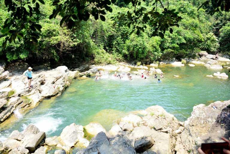 Vẻ đẹp thơ mộng với làn nước suối xanh trong vắt của Hồ Tiên trong chuyến hành trình khám phá Hang Chà Lỏi