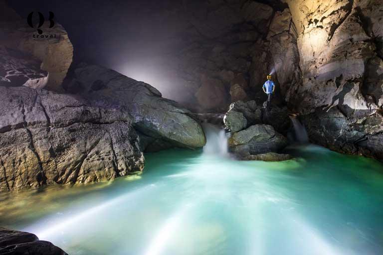 Bên trong Hang Nước Nứt là hồ thạch nhũ kỳ ảo