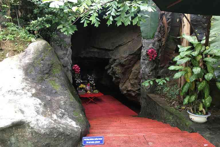 Đền tưởng niệm Hang Tám Thanh Niên Xung Phong