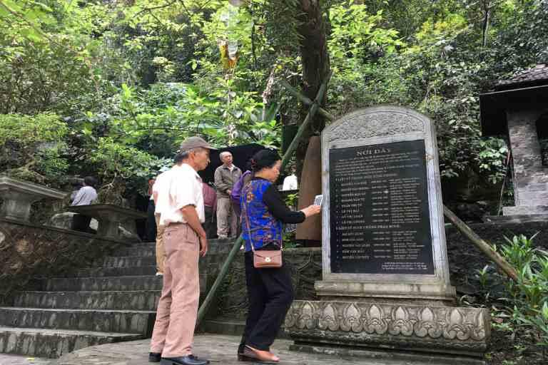 Hang Tám Cô là địa điểm du lịch tâm linh nổi tiếng của tỉnh Quảng Bình thu hút đông đảo du khách đến viếng thăm