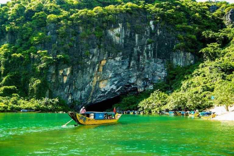 Đi thuyền thăm thú Động Phong Nha - một trong những kỳ quan thiên nhiên thế giới