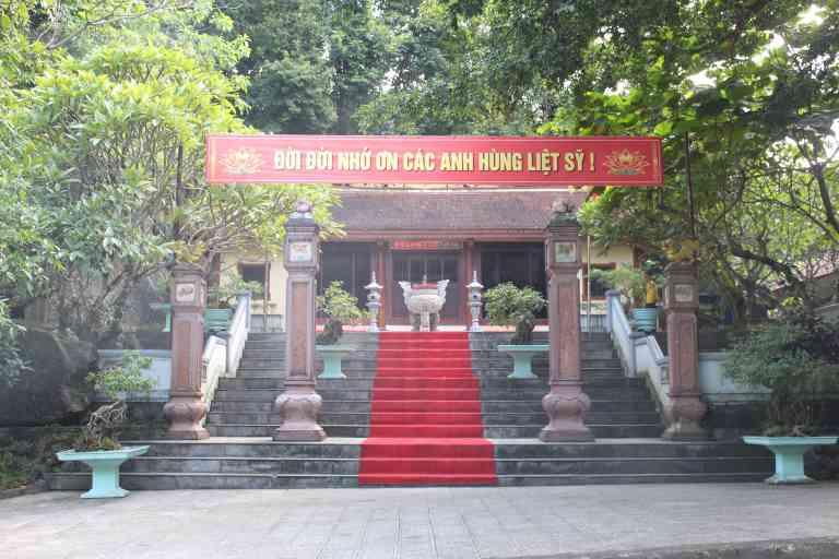 Lễ giỗ tại Hang Tám Cô được tổ chức vào cuối tháng 11 hàng năm để tưởng niệm và thể hiện lòng biết ơn với những chiến sĩ đã hy sinh
