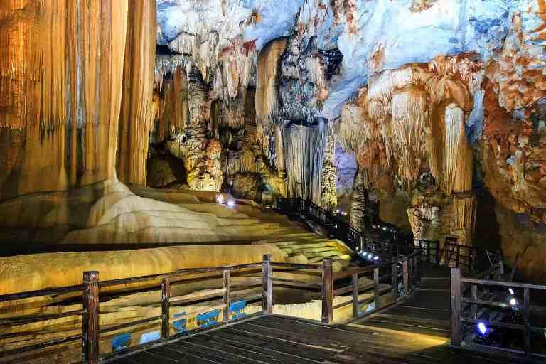 Động Thiên Đường đẹp tựa cung điện nguy nga dưới lòng đất với đa dạng hình thù thạch nhũ