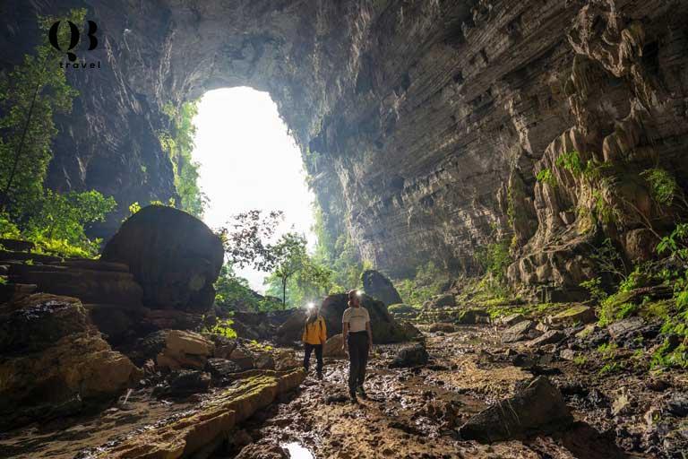 Hang Tiên là hang động khô lớn nhất nằm trong quần thể hang động Tú Làn