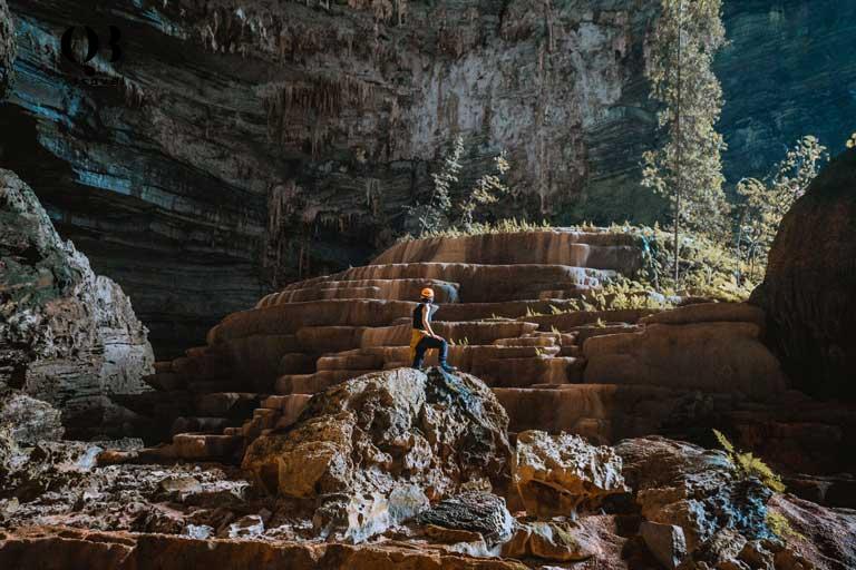 Những tảng thạch nhũ xếp chồng lên nhau tạo thành hình ruộng bậc thang vô cùng độc đáo bên trong Hang Tiên